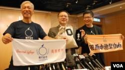 3位佔中發起人(左起)朱耀明、戴耀廷、陳健民呼籲港人參加7-1大遊行,並展示將於遊行街站出售的毛巾等物品(湯惠芸攝)
