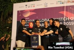 Gubernur Jawa Barat Ridwan Kamil (ketiga kiri), CEO WWF Indonesia Rizal Malik (kanan), bersama sejumlah kepala daerah membunyikan sirine menandai permulaan Earth Hour tingkat Jawa Barat, Sabtu, 30 Maret 2019. (Rio Tuasikal/VOA)