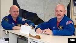 Dua astronot kembar identik Scott Kelly (kiri) dan Mark Kelly (foto: dok).