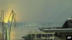 Image prise à partir d'une video à Kinshasa montrant l'explosion du 4 mars 2012 à Brazzaville de l'autre côté du fleuve Congo