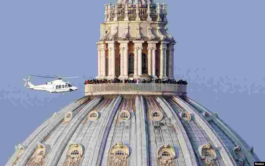 """Máy bay trực thăng chở Đức Giáo Hoàng Bênêđíchtô thứ 16 cất cánh từ bên trong Vatican trên đường đến nơi nghỉ dưỡng mùa hè của Đức Giáo Hoàng tại Castel Gandolfo. Đức Giáo Hoàng Bênêđíchtô lặng lẽ giã từ sân khấu thế giới sau khi chào từ biệt các Hồng Y và chỉ cần một chuyến bay ngắn Ngài sẽ bước vào giai đoạn """"xa lánh thế giới."""""""