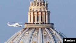 Trực thăng đưa Ðức Giáo Hoàng Benedict XVI từ Vatican đến nơi nghỉ dưỡng ở miền nam nước Ý, ngày 28/2/2013.