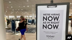 资料照片:佛罗里达州一家百货公司的招聘广告(2021年5月21日)