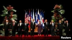 Presiden Barack Obama berpose bersama para pemimpin negara-negara Amerika Tengah di San Jose, Kosta Rika (3/5).