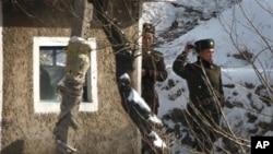 دوو سهربازی کۆریای باکور لهسهر ناوچهیهکی سـنووری وڵاتهکهیان پاسهوانی دهکهن، شهممه 27 ی یازدهی 2010
