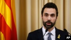 El presidente del parlamento catalán, Roger Torrent, propuso a Puigdemont para asumir la presidencia de Cataluña a pesar de su condición de prófugo. Torrent ofreció una conferencia de prensa el lunes 22 de enero de 2018.