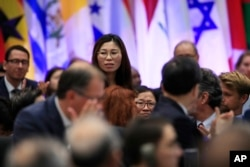 26일 미국 국무부에서 열린 '종교의 자유 증진을 위한 장관급회의'에 참석한 탈북자 지현아 씨가 마이크 펜스 부통령의 호명을 받고 자리에서 일어나고 있다.