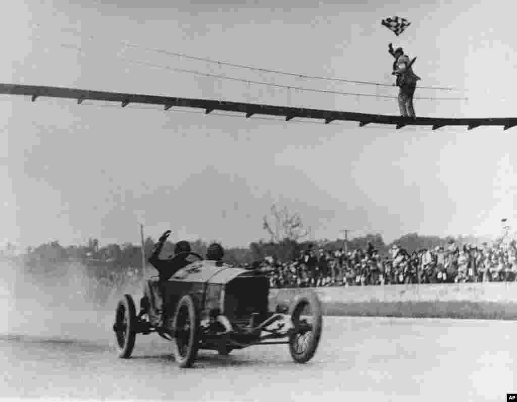 امروز در تاریخ: سال ۱۹۱۵ - چند روز پیش عکسی از مسابقه ماشین ایندیانا ۵۰۰ گذاشتیم. این عکس هم سابقه این مسابقه در حدود یک قرن پیش است.