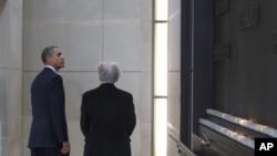 Obama Washington'daki Yahudi Soykırımını Anma Müzesini gezerken