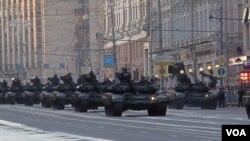 俄罗斯重新让邻国害怕?今年5月莫斯科红场阅兵彩排时的坦克车队。(美国之音白桦拍摄 )