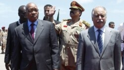 جاکوب زوما، رییس جمهوری آفریقای جنوبی (سمت چپ) در کنار البغدادی، نخست وزیر لیبی، فرودگاه طرابلس - ۳۰ مه ۲۰۱۱
