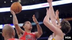 El lanzamiento ganador del alero de los Chicago Bulls, Derrick Rose a 4 segundos del final ante la marca de Pau Gasol de los Lakers.