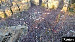 Người biểu tình chống ông Morsi biểu tình ủng hộ quân đội tại Quảng trường Tahrir ở Cairo, 26/7/2013