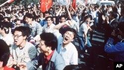 Estudantes pró-democracia manifestando na Praça Tiananmen, em 1989
