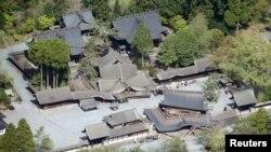 日本南部熊本县阿苏市的文化遗产古迹阿苏神社的部分建筑物在地震中被震塌 (2016年4月16日)