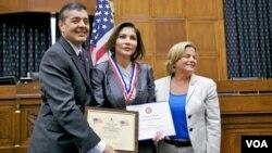 28 ciudadanos venezolanos-americanos recibieron el mismo mérito en un acto celebrado el 19 de abril.
