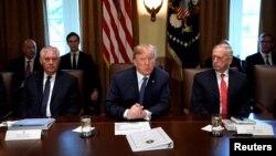 Presiden AS Donald Trump (tengah) berbicara dalam rapat kabinet di Gedung Putih, Rabu (1/11).