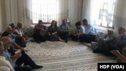 """Köye bir heyet gönderen HDP, """"Ne bir gözaltı var ne bir soruşturma"""" eleştirisinde bulunuyor"""