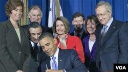 Presiden Obama menanda-tangani pencabutan UU larangan anggota militer AS mengaku gay secara terbuka (foto: 22 Desember 2010).