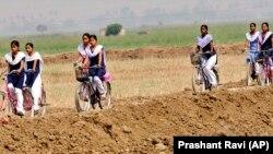 Anak-anak perempuan di Bihar, India timur, berangkat ke sekolah dengan bersepeda (foto: ilustrasi).