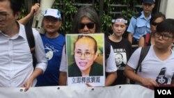 香港支聯會2017年8月2日到中國政府駐港機構中聯辦前抗議拘捕海祭公民,要求還劉 霞自由 (美國之音記者 海彥拍攝)