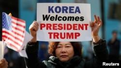 2017年11月7日,美國總統川普的支持者在南韓首都首爾市中心舉行集會。