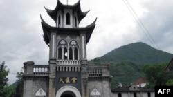 毛泽东在磨西镇住过的天主教堂。照片右后方的小楼为毛住所旧址