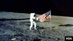 """Arhivski snimak iz 1969 -Charles """"Pete"""" Conrad Jr. s američkom zastavom na mjesecu, misija Apollo 12"""