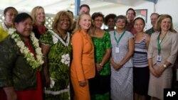 美國國務卿希拉里.克林頓訪問南太平島國庫克群島與出席'性別平等'對話的婦女代表合照。