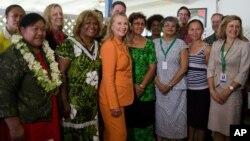 """克林顿国务卿与库克岛""""性别平等对话""""会议的女性与会者合影"""