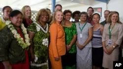 美国国务卿克林顿(中)8月31日在库克岛同出席太平洋岛国论坛的女性代表合影