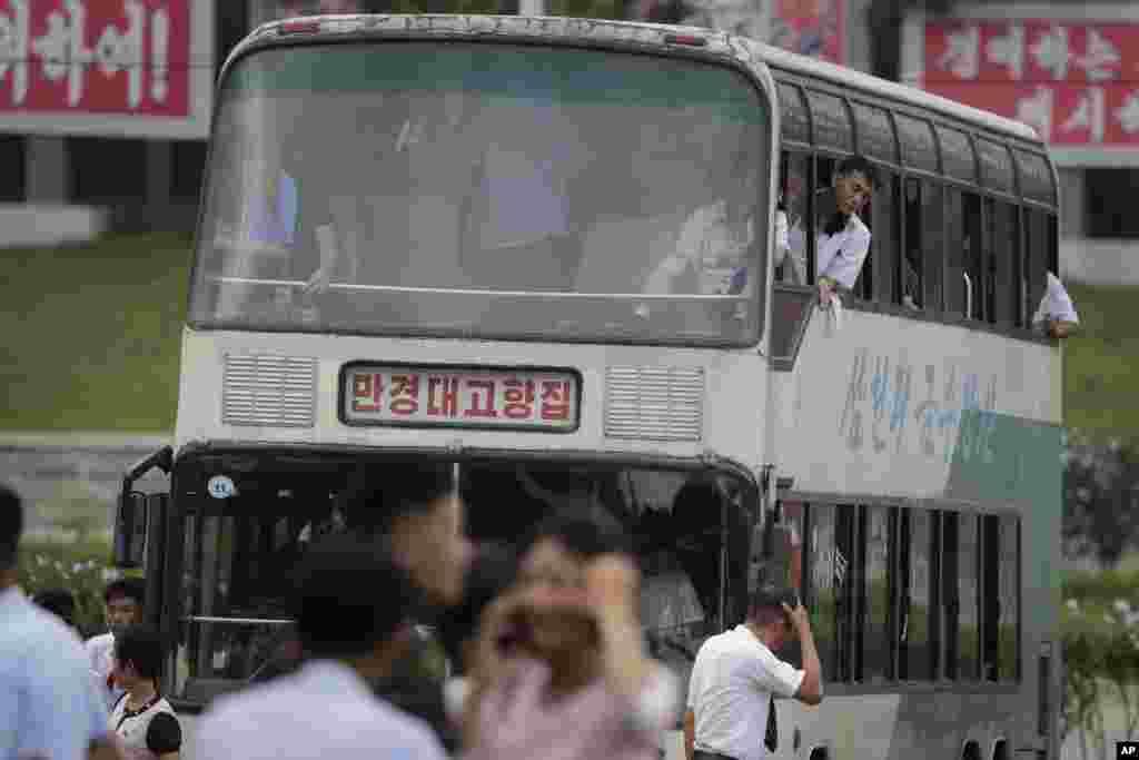 퇴근길 2층버스에 탄 평양 주민들.