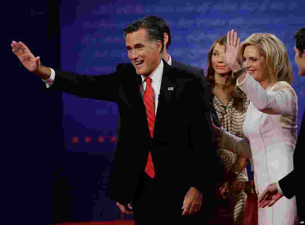 Mitt Romney y su esposa Ann saludan a los asistentes al finalizar el debate.