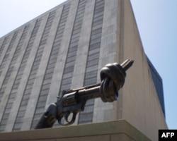 联合国建筑旁拧成死结的手枪象征不要武器要和平