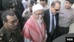 Abu Bakar Ba'asyir (tengah) tiba di Pengadilan Negeri Jakarta Selatan untuk sidangnya bulan lalu.