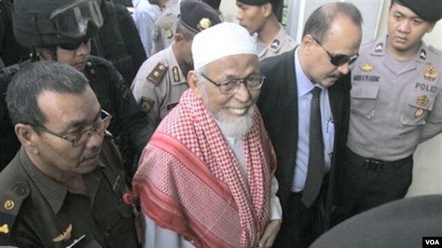 Pemimpin muslim garis keras, Abu Bakar Ba'asyir, tiba di Pengadilan Negeri Jakarta Selatan, 24 Februari 2011.