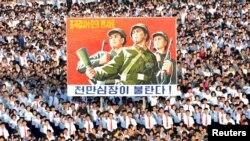 Rapat umum warga kota Pyongyang diadakan di Lapangan Kim Il Sung tanggal 9 Agustus 2017, untuk mendukung pernyataan Pemerintah Korut secara penuh dalam foto yang dirilis tanggal 10 Agustus 2017 oleh Kantor Berita Korut KCNA (KCNA via REUTERS)