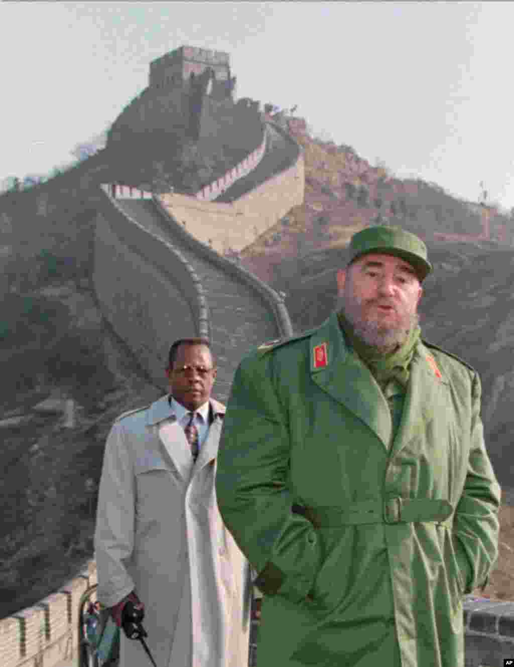 1995年12月1日,卡斯特羅在北京長城上