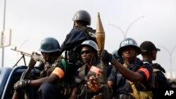 La police centrafricaine sécurise les lieux avant l'arrivée du pape François à Bangui, le 29 novembre 2015. (AP Photo/Jerome Delay)