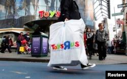 미국 뉴욕 맨하탄의 토이자러스 매장에서 고객이 쇼핑백을 들고 걸어나오고 있다.