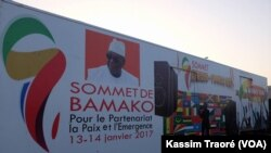 Une pancarte sur le 27e sommet Afrique-France, au Mali, le 9 janvier 2017. (VOA/Kassim Traoré)