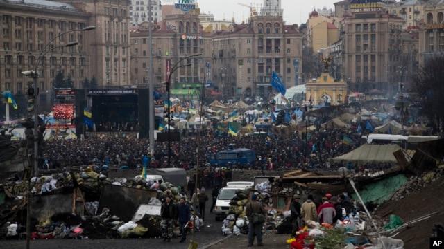 Những người biểu tình tụ tập tại Quảng trường Độc lập ở trung tâm Kiev, Ukraina, 22/2/2014