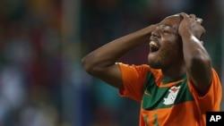 Stoppila Sunzu de la Zambie regrette après avoir manqué un but lors du match du groupe C contre le Burkina Faso pour la Coupe d'Afrique des nations, au Mbombela Stadium, à Nelspruit, Afrique du Sud, le 29 janvier 2013.