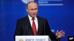 Tổng thống Nga Vladimir Putin phát biểu tại Diễn đàn Kinh tế Quốc tế ở St. Petersburg, Nga, ngày 2/6/2017.