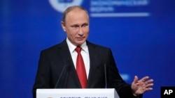블라디미르 푸틴 러시아 대통령이 2일 상트페테르부르크에서 열린 국제경제포럼에서 연설하고 있다.