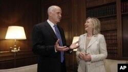美國國務卿克林頓7月17日與希腊總理帕潘德里歐交談
