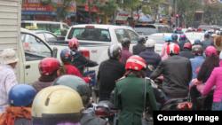 Cảnh ùn tắc thường xuyên xẩy ra trên các đường phố ở Hà Nội dịp giáp Tết, kể cả trên các tuyến đường một chiều.