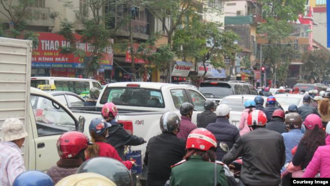 Giao thông trên đường phố Hà Nội.