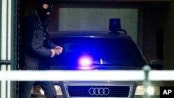 Mobil polisi Belgia yang diyakini membawa tersangka serangan di Brussels, Salah Abdeslam, meninggalkan gedung pengadilan di Brussels, Belgia (24/3). (AP/Peter Dejong)