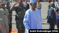 Idriss Déby Itno saluant le retour triomphal de la FATIM, le 7 novembre 2015. (VOA/André Kodmadjingar)
